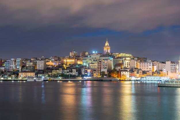 Galata-turm nachts mit istanbul-stadt in istanbul, die türkei Premium Fotos