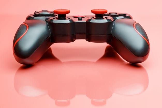 Gamecontroller gamepad auf rosa oberfläche Premium Fotos