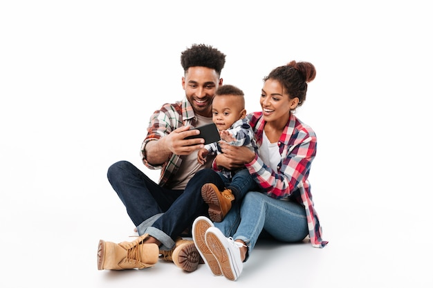 Ganzaufnahme einer glücklichen jungen afrikanischen familie Kostenlose Fotos