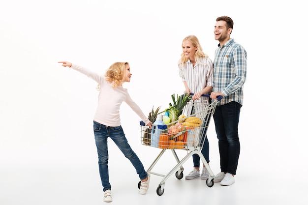 Ganzaufnahme einer jungen familie Kostenlose Fotos