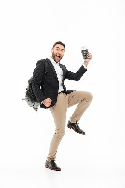 Ganzaufnahme eines frohen aufgeregten mannes, der pass hält Kostenlose Fotos