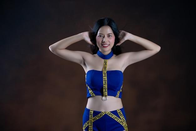 Ganzaufnahme eines glücklichen hübschen mädchens im blauen kleidertanzen Kostenlose Fotos