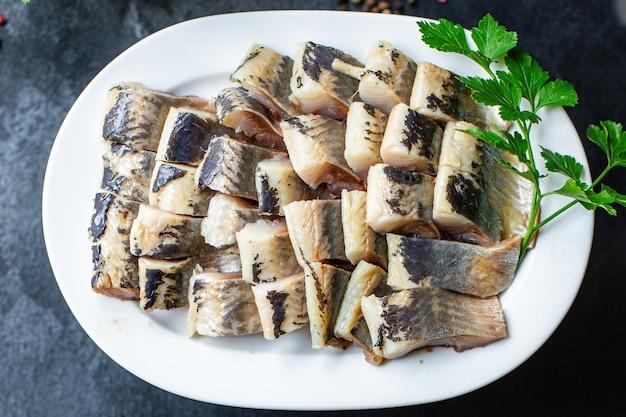 Ganzer hering frischer fisch oder gesalzene meeresfrüchte bereit zu kochen und zu essen Premium Fotos