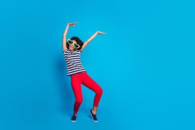 Ganzkörperfoto der funky verrückten frau haben ruhe heben hände tanzen Premium Fotos