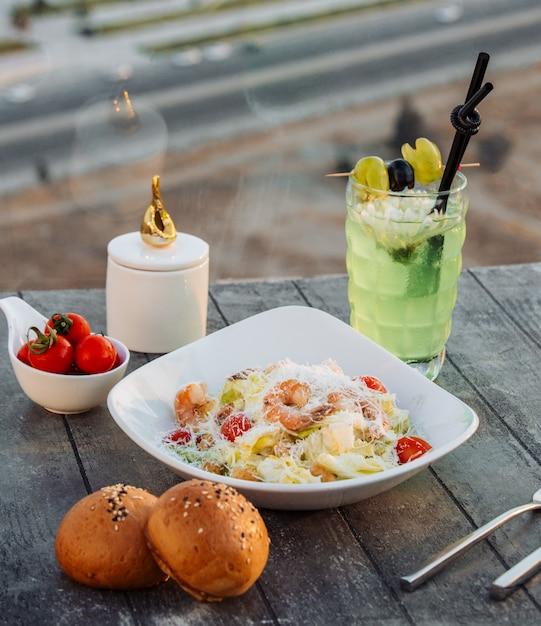 Garnelen-caesar-salat auf dem tisch Kostenlose Fotos