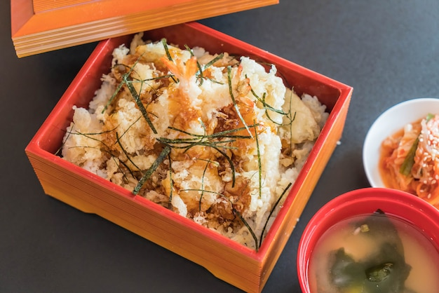 Garnelen-tempura in box gesetzt Premium Fotos