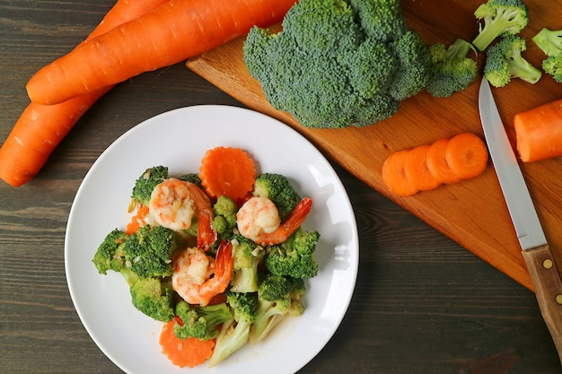 Garnelenteller mit brokkoli und karotte mit gemüse gebraten Premium Fotos