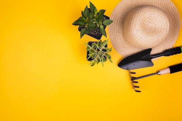 Gartengeräte mit strohhut und kopie raum Kostenlose Fotos