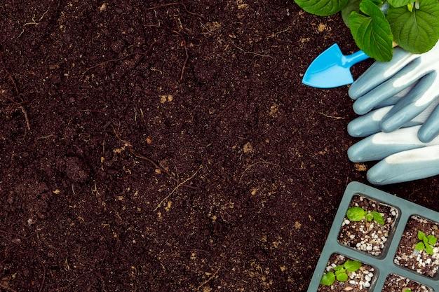 Gartengeräte und anlagen der flachen lage auf boden mit kopienraum Kostenlose Fotos