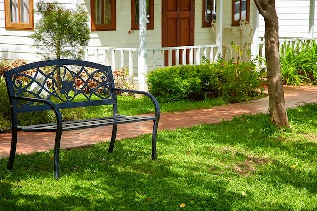 Gartensteinweg mit stuhl Premium Fotos