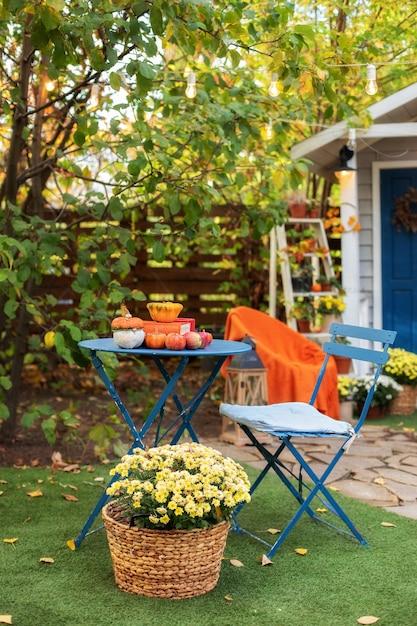 Gartentisch und stühle auf herbsthof Premium Fotos
