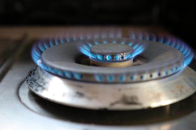 Gasfeuer, das küchenkamin im heißen und gefährlichen hintergrund des hauses kocht Premium Fotos