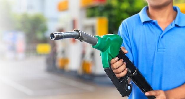 Gaspumpe für das tanken des autos auf tankstelle Premium Fotos