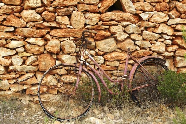 Gealterte verwitterte fahrradweinlesesteinwand Premium Fotos