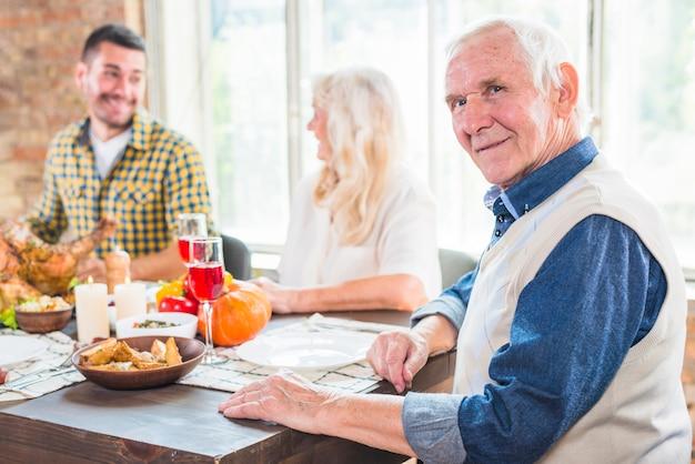 Gealterter mann, der am tisch nahe grauer frau und jungem mann sitzt Kostenlose Fotos