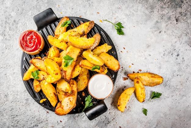 Gebackene bratkartoffeln mit saucen Premium Fotos