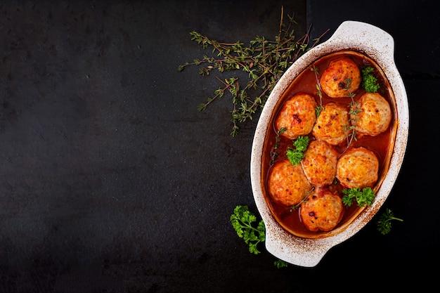 Gebackene fleischbällchen mit hähnchenfilet in tomatensauce. Kostenlose Fotos