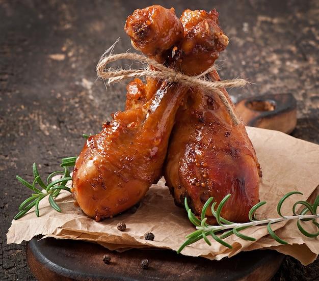 Gebackene hähnchenkeulen in honig-senf-marinade Kostenlose Fotos