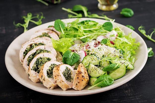 Gebackene hühnerbrötchen mit spinat und käse Premium Fotos