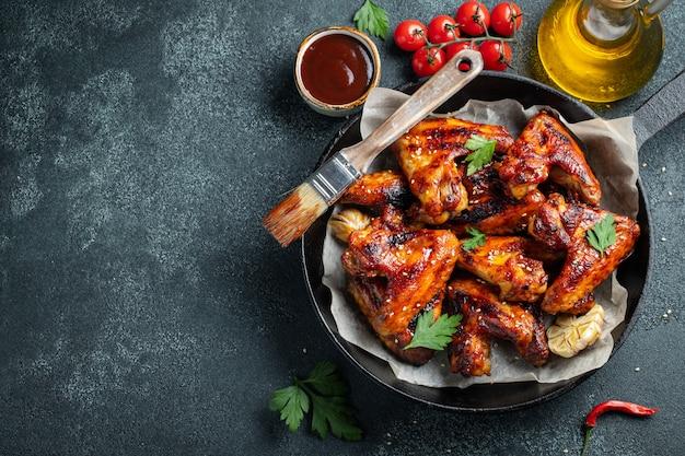 Gebackene hühnerflügel in barbecue-sauce. Premium Fotos
