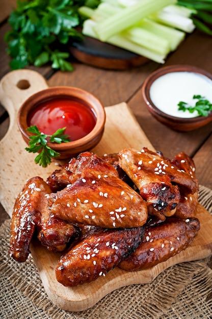 Gebackene hühnerflügel mit teriyaki-sauce Kostenlose Fotos