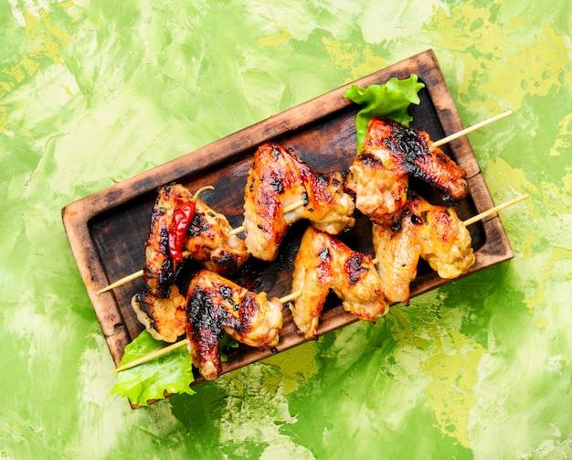 Gebackene hühnerflügel Premium Fotos