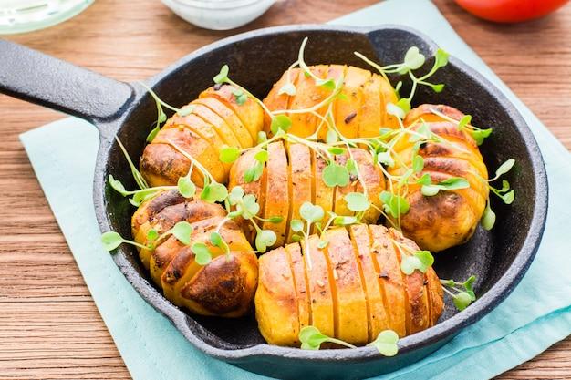 Gebackene junge kartoffeln in gewürzen und öl mit rucola Premium Fotos