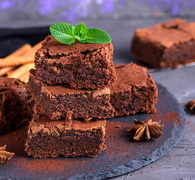 Gebackene stücke der schokoladenschokoladenkuchentorte Premium Fotos
