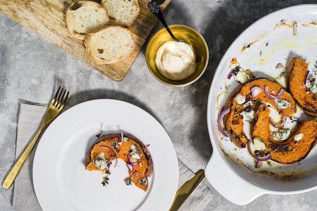 Gebackener kürbis mit gorgonzola. Premium Fotos