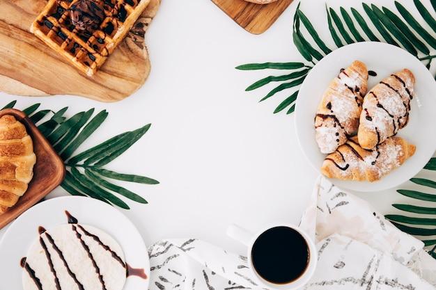 Gebackenes croissant waffeln; gebäck; tortillas und kaffee auf weißem hintergrund Kostenlose Fotos