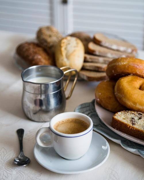 Gebackenes essen mit tee und milch auf dem tisch Kostenlose Fotos