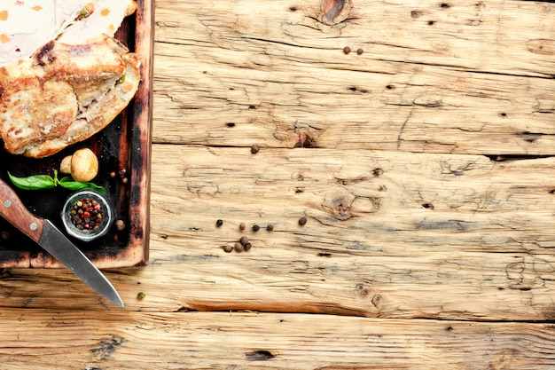 Gebackenes fleisch mit gewürzen Premium Fotos