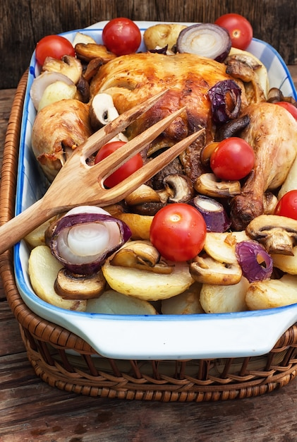 Gebackenes hähnchen mit kartoffeln und champignons Premium Fotos