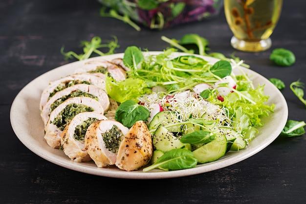 Gebackenes hühnerbrötchen mit spinat und käse auf platte. Premium Fotos