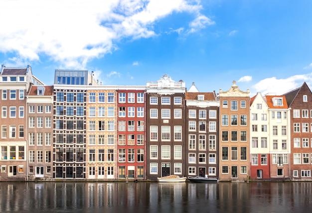Gebäude der wohnung entlang fluss-, kreuzfahrt- oder schiffstransport in amsterdam in den niederlanden Premium Fotos