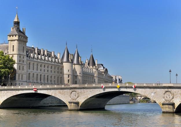Gebäude des conciergerie in paris-ansicht vom flussufer der seine von der brücke von invalides Premium Fotos