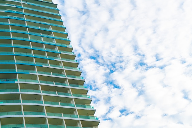 Gebäude mit bewölktem himmel und kopierraum Premium Fotos