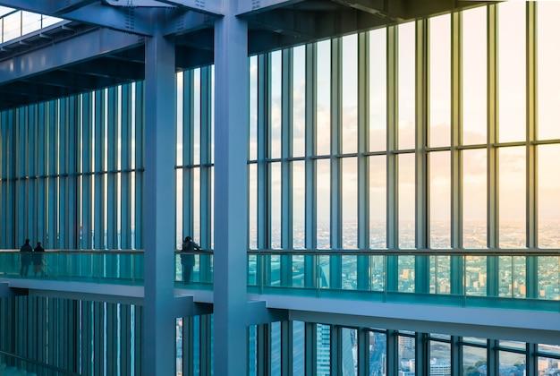 Gebäude mit einer glaswand, von der aus man einen schönen blick auf die stadt hat Premium Fotos
