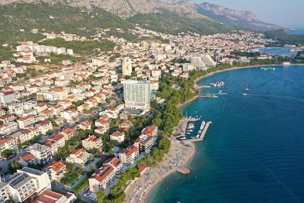 Gebäude und häuser in der nähe des meeres und der berge in makarska, kroatien Kostenlose Fotos