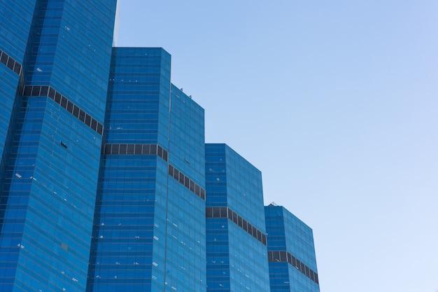 Gebäudebüro im geschäftsgebiet mit blauem himmel Premium Fotos