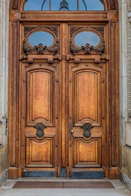 Gebäudefassade mit stuck, alte europäische stadt Premium Fotos