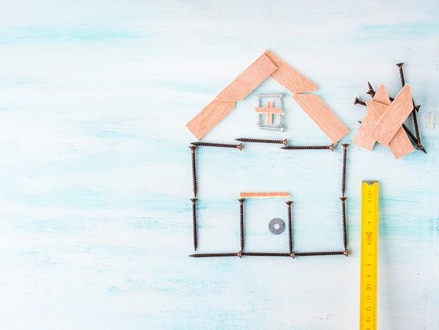 Gebäudehauskonzeptebenenlage mit schraube und holz Premium Fotos