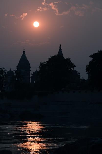 Gebäudeschattenbild bei sonnenuntergang in indien. Premium Fotos