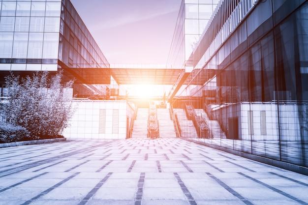 Gebäude mit Treppe mit der Sonne in der middel Kostenlose Fotos