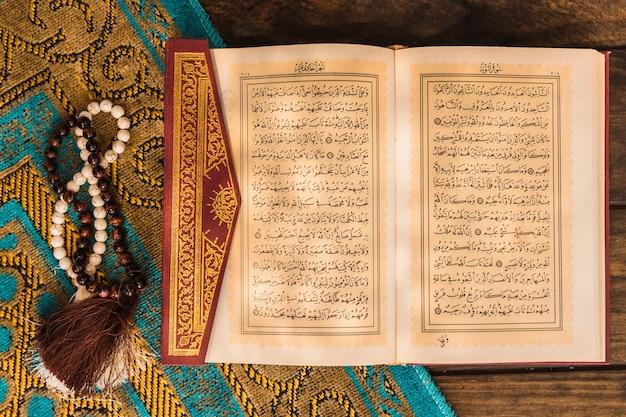Gebetsperlen und koran auf matte Kostenlose Fotos