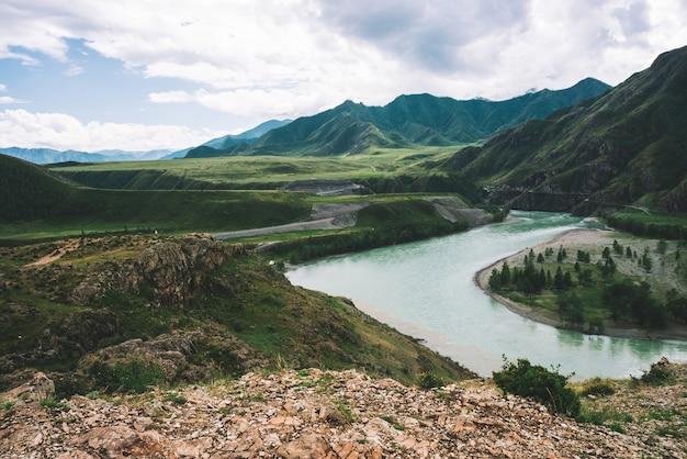 Gebirgsfluss im hochland bei bewölktem wetter Premium Fotos