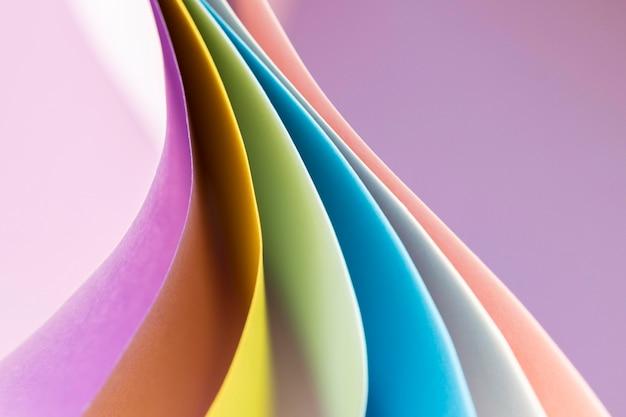 Gebogene schichten von farbigem papier leeren hintergrund Kostenlose Fotos