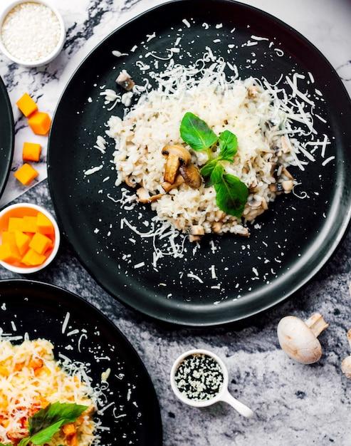 Gebratene champignons mit gehacktem käse Kostenlose Fotos