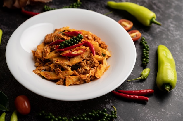 Gebratene curry-paste mit bambussprossen und gehacktem schweinefleisch umrühren Kostenlose Fotos