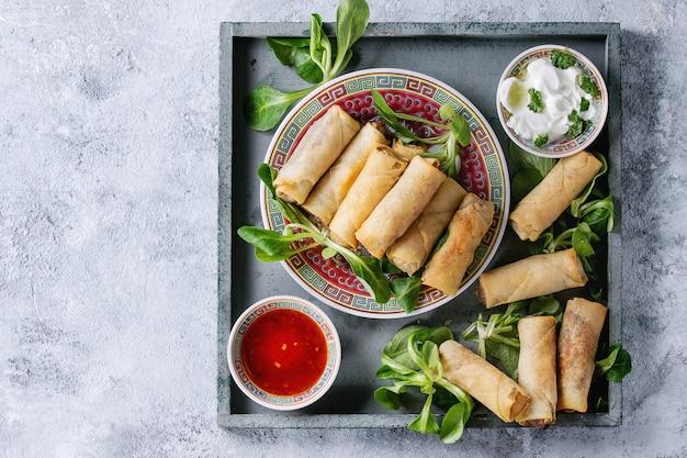 Gebratene frühlingsrollen mit sauce Premium Fotos